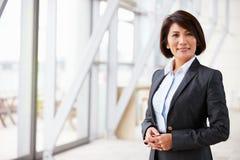 Portret uśmiechnięty Azjatycki bizneswoman, stoi Fotografia Stock