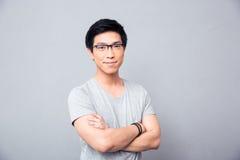 Portret uśmiechnięty azjatykci mężczyzna z rękami krzyżować Fotografia Royalty Free