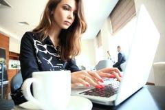 Portret uśmiechnięty bizneswoman pracuje w biurze obrazy stock