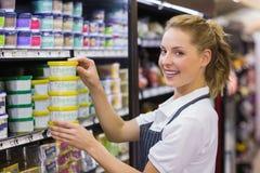 Portret uśmiechnięty blondynka pracownika brać produkty Obrazy Royalty Free