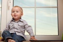 Portret uśmiechnięty chłopiec dziecka dzieciak w błękitnej koszula Zdjęcia Royalty Free