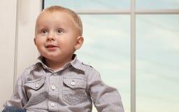 Portret uśmiechnięty chłopiec dziecka dzieciak w błękitnej koszula Fotografia Royalty Free