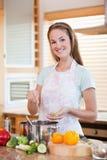 Portret uśmiechnięty kobiety kucharstwo Fotografia Stock