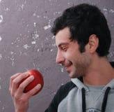 Portret uśmiechnięty mężczyzna z jabłkiem Fotografia Stock