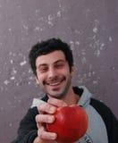 Portret uśmiechnięty mężczyzna z jabłkiem Obrazy Stock