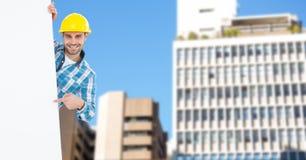 Portret uśmiechnięty męski architekt wskazuje przy pustym billboardem przeciw budynkom Obraz Royalty Free