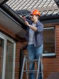Portret uśmiechnięty męski cieśla robi budynkowi domowemu dachowi fotografia royalty free