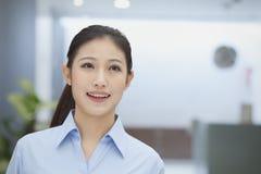 Portret uśmiechnięty młody bizneswoman biuro, indoors, Pekin Zdjęcie Royalty Free