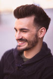Portret uśmiechnięty młody człowiek w mieście obraz stock