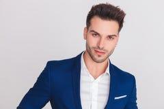 Portret uśmiechnięty młody przypadkowy mężczyzna w błękitnym kostiumu zdjęcie stock