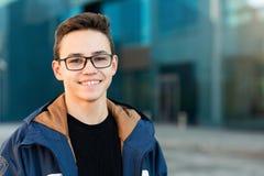 Portret uśmiechnięty nastolatek outdoors, zbliżenie kosmos kopii obrazy royalty free