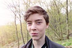 Portret uśmiechnięty nastoletni chłopak obrazy stock
