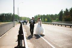 Portret uśmiechnięty pary małżeńskiej odprowadzenie na wsi ro Obraz Stock