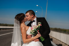 Portret uśmiechnięty pary małżeńskiej odprowadzenie na wsi ro Fotografia Stock
