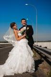 Portret uśmiechnięty pary małżeńskiej odprowadzenie na wsi ro Fotografia Royalty Free