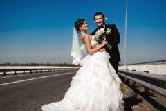 Portret uśmiechnięty pary małżeńskiej odprowadzenie na wsi ro Obrazy Stock
