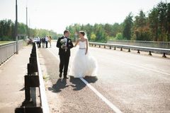 Portret uśmiechnięty pary małżeńskiej odprowadzenie na wsi ro Zdjęcie Stock