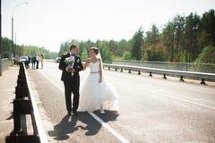 Portret uśmiechnięty pary małżeńskiej odprowadzenie na wsi ro Obraz Royalty Free
