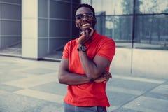 Portret uśmiechnięty przypadkowy murzyn w czerwonym tshirt fotografia royalty free