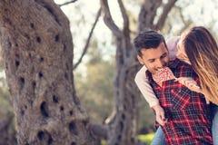 Portret uśmiechnięty przystojny mężczyzna daje piggyback jego dziewczyna w naturze fotografia royalty free