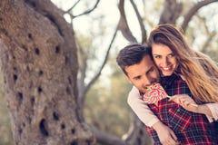Portret uśmiechnięty przystojny mężczyzna daje piggyback jego dziewczyna w naturze obrazy royalty free