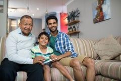 Portret uśmiechnięty rodzinny obsiadanie na kanapie obraz royalty free