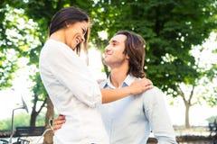 Portret uśmiechnięty romantyczny pary przytulenie Obrazy Stock