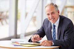 Portret uśmiechnięty starszy korporacyjny biznesmen, talia up obraz stock