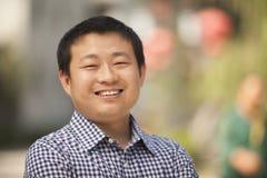 Portret Uśmiechnięty W połowie Dorosły mężczyzna w Nanluoguxiang, Pekin, Chiny fotografia royalty free