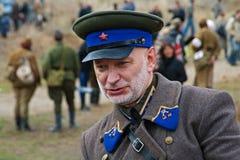 Portret ubierający jako Rosyjski Radziecki oficer druga wojna światowa w dziejowej odbudowie w Volgograd aktor Obraz Royalty Free