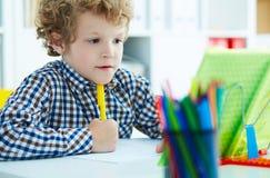Portret uczeń w szkolnej klasie bierze notatki podczas pisać le Fotografia Royalty Free
