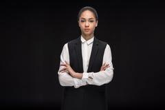 Portret ufna bizneswoman pozycja z rękami krzyżować i patrzeją kamerę Zdjęcie Stock