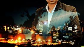 Portret ufna brodata biznesmen pozycja z jego rękami w kieszeni narzuty nocy miasta krajobrazowej i światowej mapy backgro Obraz Stock