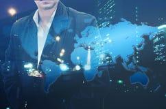 Portret ufna brodata biznesmen pozycja z jego rękami w kieszeni narzuty nocy miasta krajobrazowej i światowej mapy backgro Obrazy Royalty Free