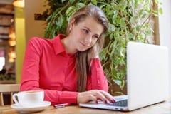 Portret ufna dorosła atrakcyjna kobieta w czerwonej koszula wo Obrazy Stock