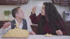 Portret ufna dosyć tłuściuchna kobieta chuderlawy mężczyzna i dużym i małym przed talerzem przy stołem w kuchni zdjęcie wideo