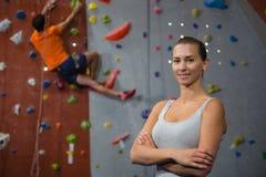 Portret ufna kobieta z przyjaciela pięcia ścianą w tle Zdjęcie Stock