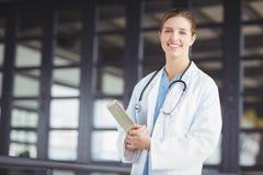 Portret ufna kobiety lekarka trzyma cyfrową pastylkę Fotografia Royalty Free