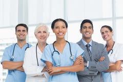 Portret ufne lekarki z rękami krzyżować Obraz Stock