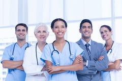 Portret ufne lekarki z rękami krzyżować Obrazy Stock