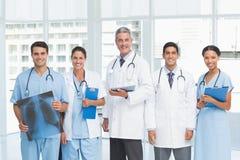 Portret ufne lekarki z rękami krzyżować Fotografia Royalty Free