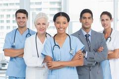 Portret ufne lekarki z rękami krzyżować Zdjęcie Stock