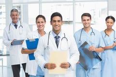 Portret ufne lekarki z rękami krzyżować Zdjęcia Royalty Free
