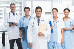 Portret ufne lekarki z rękami krzyżować Fotografia Stock