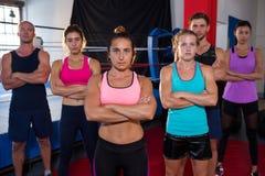 Portret ufne młode atlety stoi z rękami krzyżować zdjęcie royalty free