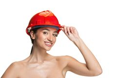 Portret ufny żeński pracownik w pomarańczowym hełmie obrazy royalty free