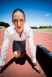 Portret ufny bizneswoman z teczką w gotowym biegać pozycję Obraz Royalty Free