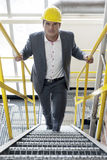 Portret ufny młody męski architekt chodzi w górę schodków w przemysle Fotografia Stock