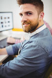 Portret ufny szczęśliwy redaktor pracuje przy kreatywnie biurem Fotografia Royalty Free