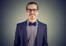 Portret ufny uśmiechnięty niezależny biznesowy mężczyzna fotografia royalty free